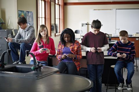 Imagine care sugerează tineri conectaţi la tehnologie.